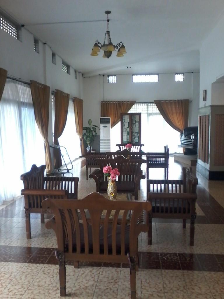 ruang tamu yang luas di dalam Wisma Pesanggrahan Manumbing.