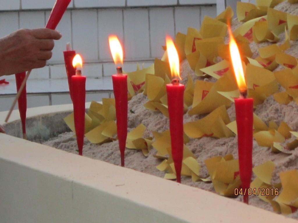 Menyalakan Lilin di Kuburan Sebagai Simbol Penerang Dalam Kubur