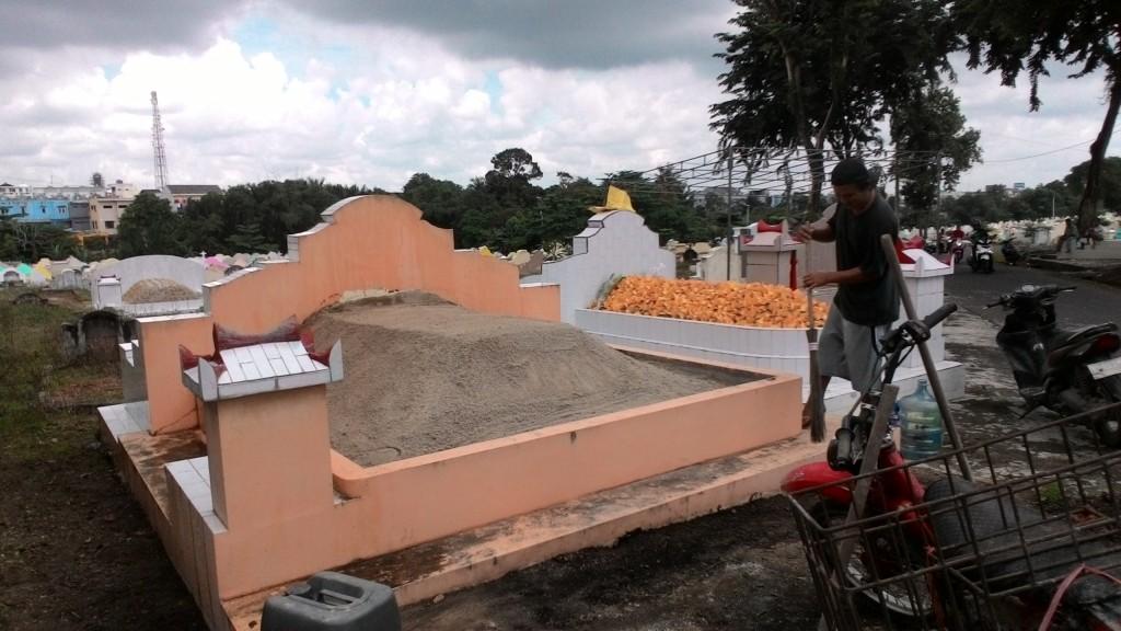 Pak Agus Sedang Bersihkan Kuburan Nenek dan Kakeknya