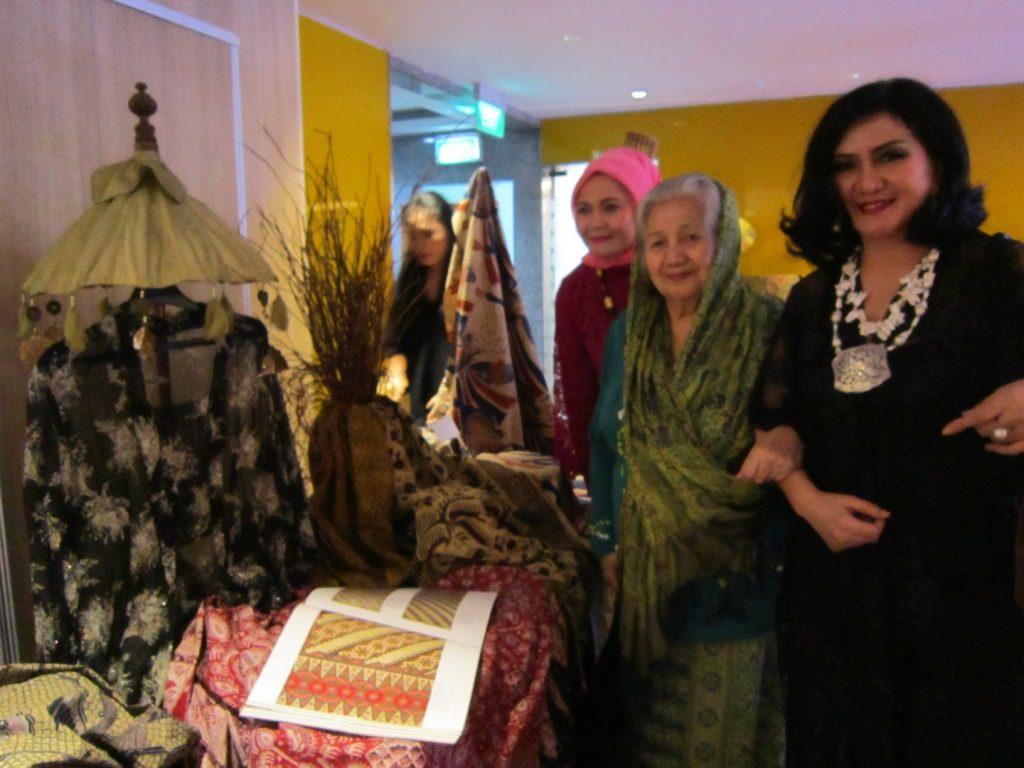 """Melihat ragam bentuk corak batik, seperti menikmati keindahan semesta Indonesia. Batik sudah diakui dunia dengan resmi tercantum nama Indonesia di UNESCO sebagai """" Warisan Budaya Dunia Tak Benda"""" pada tanggal 2 Oktober 2016. Hal yang membanggakan pastinya bagi masyarakat Indonesia. Batik menjadi warisan turun menurun dari nenek moyang bangsa Indonesia. Batik bukan hanya sekedar busana atau pakaian tetapi juga sebagai simbol identitas bangsa.  Dalam rangka Hari Batik Nasional Indosat Ooredo mengadakan Gelar Peragaan Batik Sjully Darsono  dengan tema """"The Beauty of Indonesian Batik"""" di Pentas Global. Pagelaran ini menghadirkan koleksi batik yang asli dari Jawa Barat. Eksistensi Batik memang harus terus didukung sebagai budaya Indonesia ke pentas global. Rancangan yang ditampilkan adalah karya batik Sjully Darsono yang nanti juga akan ditampilkan pada acara jamuan diplomatik kedutaan Besar Republik Indonesia (KBRI) di Praha, Republik Ceko pada akhir Oktober nanti. Yang menarik parade busana (fashion show) karya Sjully Darsono tidak hanya ditampilkan oleh model profesional dari Kumunitas Batikology, tetapi juga ditampilkan oleh jajaran manajemen Indosat Ooredo.  Selain koleksi Sjully Darsono, pagelaran ini juga menampilkankoleksi batik dari Ibu Ginanjar Kartasasmita, Ibu Aang Kunaefi dan Komunitas Batikology. Semuanya ditampilkan oleh model profesional Komunitas Batikology dan Karyawan Indosat Ooredo.  Saya senang bisa hadir dan menyaksikan pagelaran peragaan batik tersebut. Apalagi ada Live painting batik show kedalam sebuah kanvas. Hasil lukisannya sangat luar biasa dan begitu mengesankan. Membuat acara menjadi sangat luar biasa. Beberapa tokoh wanita mendapatkan penghargaan Batikology seperti tahun lalu yaitu tahun 2015. Dan pada malam ini menggelar kembali program """" The Beauty of Indonesian Batik seri ke-3"""" yang mengangkat keindahan batik Jawa Barat.  Saya sempat melihat Ibu Linda Gumelar bersama suami hadir menyaksikan kemeriahan acara """" The Beauty of Indonesian Ba"""