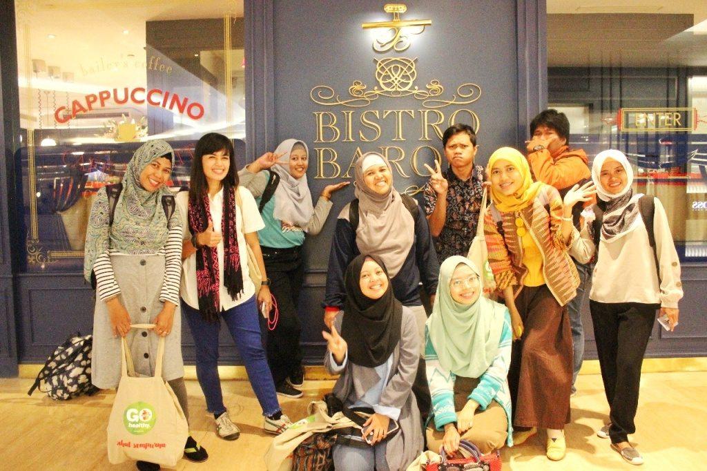 Para Blogger Berfoto Bersama di Depan Bistro Baron, Plaza Indonesia