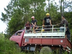 naik truk barang perlengkapan arung jeram