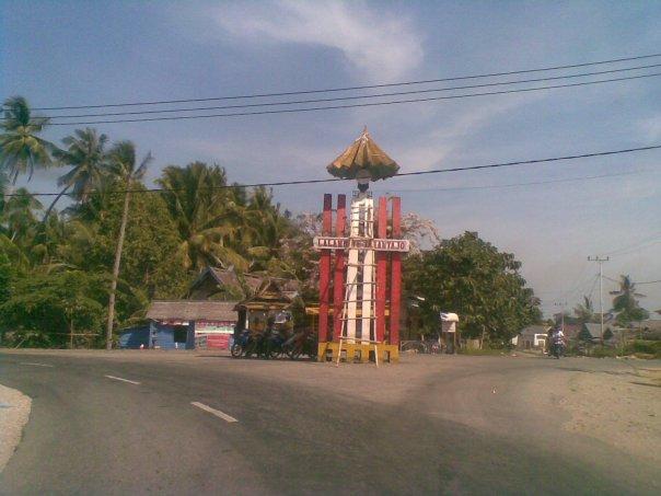 Tugu Kerajaan Wotu yang berada di simpang tiga Kampung Wotu