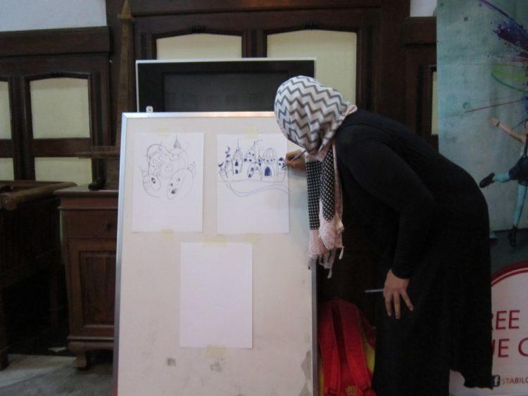 Mba Tanti Membagikan Ilmunya di acara Workshop Doodle.