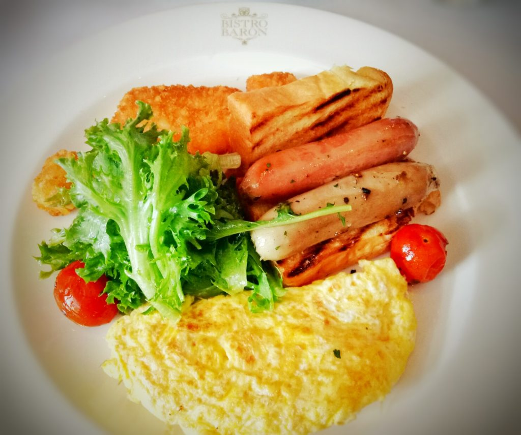 Le Omelette yang isinya adalah omelete with 3 choices of stuffing : capsicum, tomato, ham, bacon, mushroom or onion,served with salads, eared tomato, sausage, potato and toast.