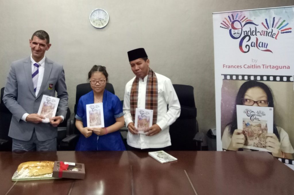 Frances bersama Kepala Sekolah Binus School dan Bang Indra Sutisna